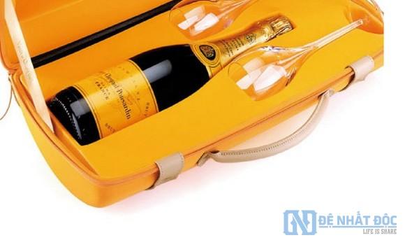 Màu vàng mang đến sự cao cấp và nổi bật cho thương hiệu Veuve Clicquot